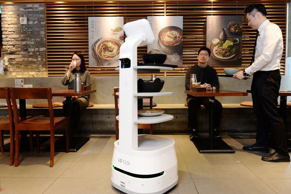 Робот Servi доставляет посетителям ресторана готовую еду
